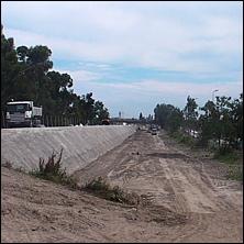 DIGUE INONDATION VAR PAPI - C'est en septembre 2009 que fut déposée la première roche des travaux de renforcement de la digue des Français (CADAM-MIN) une opération lancée dans le cadre du Programme d'Actions de Prévention des Inondations (PAPI) du fleuve Var. Les travaux de la digue des Français, près de 2 millions d'euros pour un linéaire d'un kilomètre, ont bénéficié d'un cofinancement assuré par l'État (25%), le Conseil Régional Provence-Alpes-Côte d'Azur (25%), le Conseil général des Alpes-Maritimes (25%) et Nice Côte d'Azur (25%).  Inaugurée lundi 5 juillet par les représentants de l'Etat et des collectivités locales cette digue de protection contre les crues du Var, doit permettre de préserver des inondations 8.000 habitants et 25.000 salariés de la partie ouest de Nice, zone dans laquelle se trouvent concentrés l'aéroport, le Centre administratif des Alpes-Maritimes (CADAM) et le marché d'intérêt national (MIN).