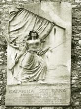 Le Monument à Catherine Ségurane, face à l'église Saint-Augustin, dans la vieille ville